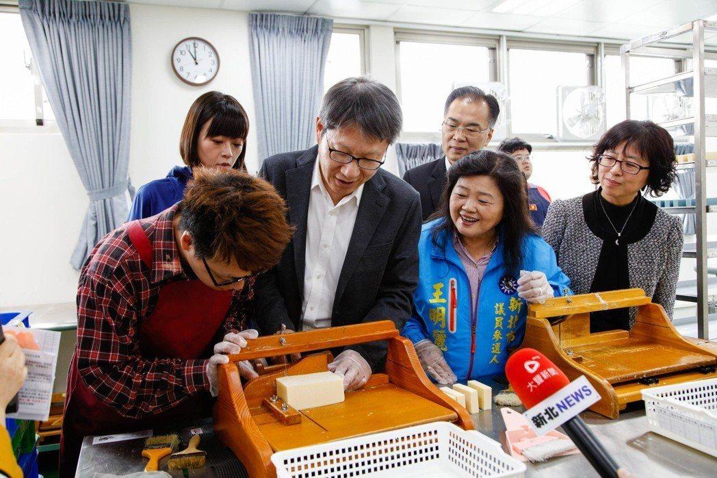 庇護工場「愛盲工坊」,昨正式搬到頂埔捷運站共構大樓。新北市副市長葉惠青(前左二)...