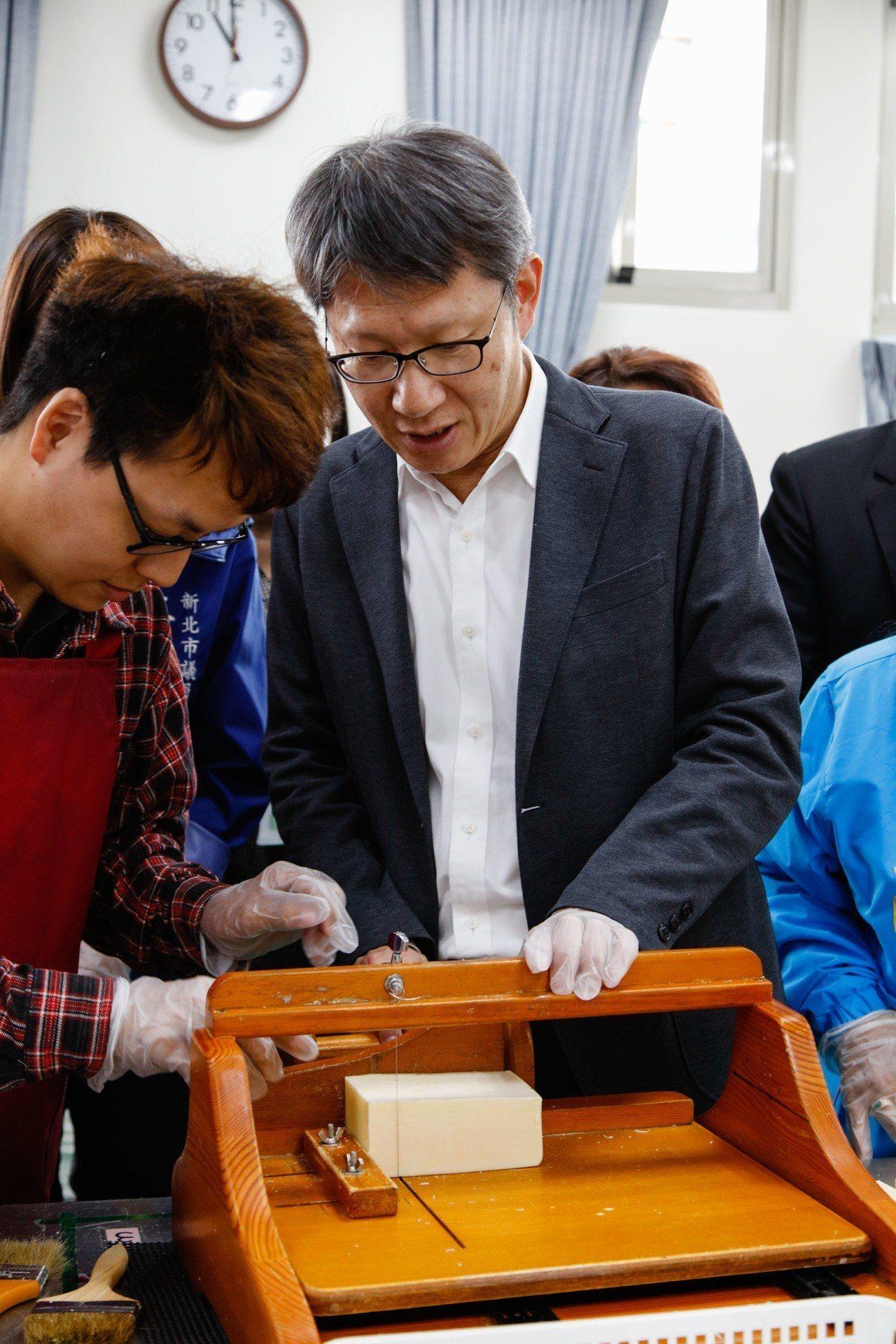 庇護工場「愛盲工坊」,昨正式搬到頂埔捷運站共構大樓。新北市副市長葉惠青(右)昨也...