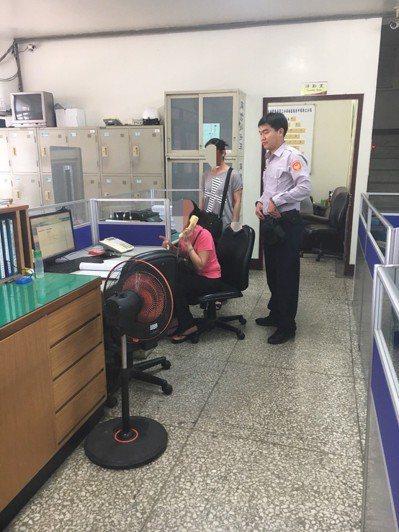婦人到台中市勤工派出所打電話給母親。圖/警方提供