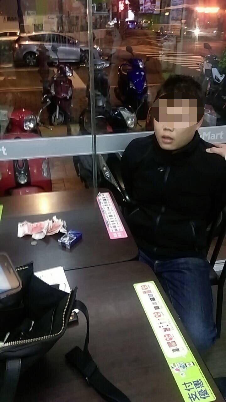 台中警方在通緝犯身上查獲槍。圖/警方提供