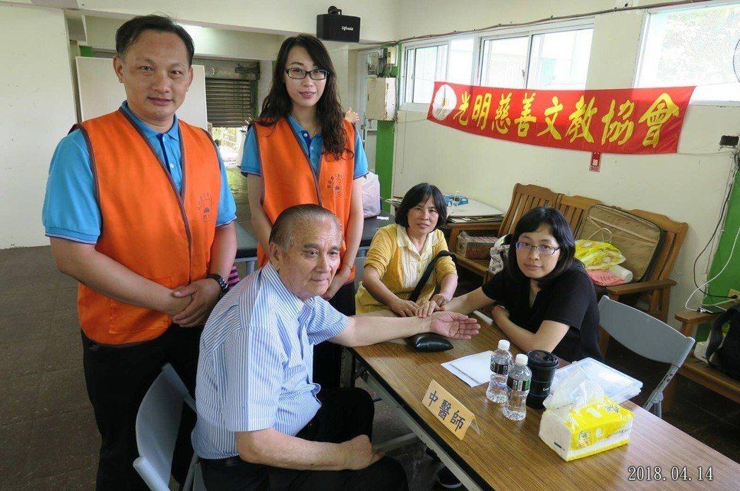 擁60多年歷史的高雄老字號企業「吳響峻布莊」創辦人吳響峻(左二坐者)得知活動很有...