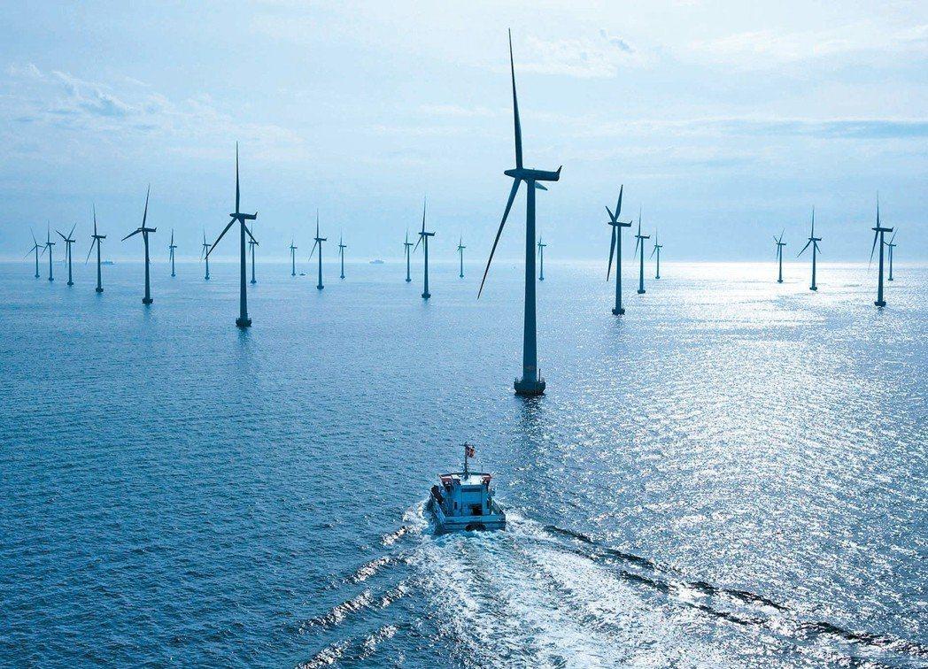 蔡政府預計2025年要在台灣海峽插上600架風機。圖為離岸風力發電場。 圖/西門...