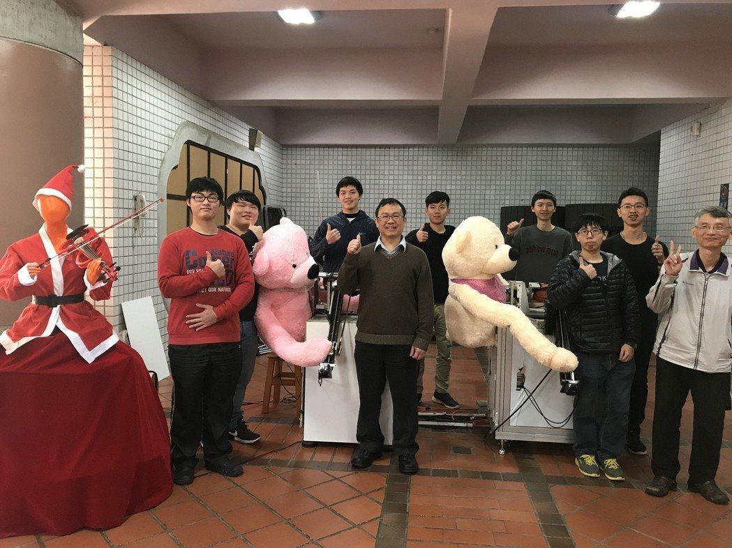 黃信行團隊經過近10年努力研發機器人演奏弦樂有成。圖/中原大學提供