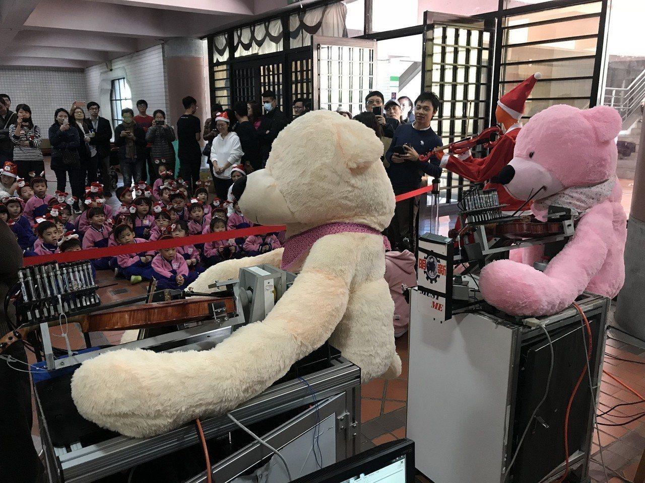 機器人換上不同的造型演奏更吸睛。圖/中原大學提供
