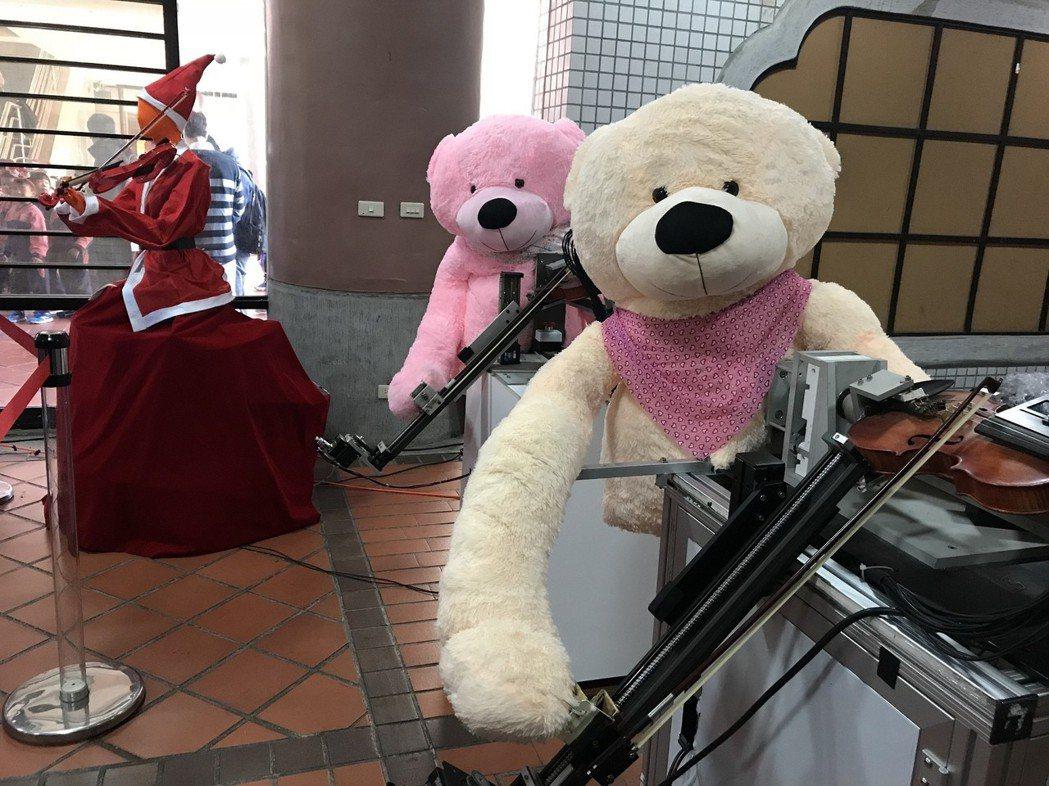 機器人弦樂隊可以很流暢演奏「大黃蜂」。 圖/中原大學提供