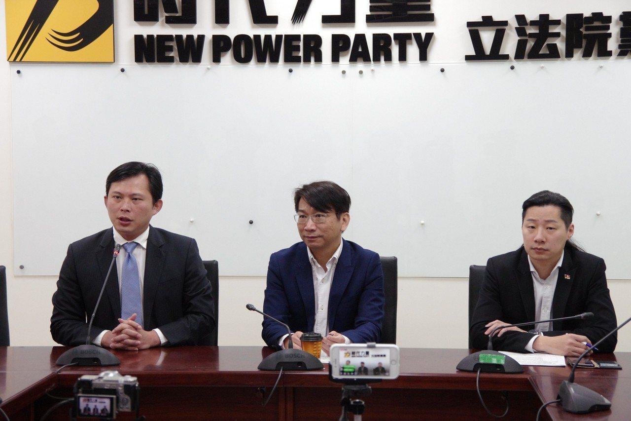 時代力量黨團對核二廠2號機事故後至今仍看不到完整報告對台電、原能會質疑,主席黃國...
