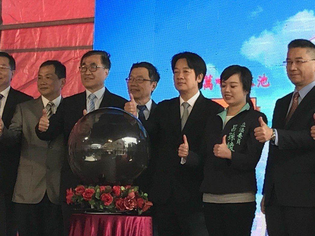 行政院長賴清德(右3)上午和新北市副市長李四川(右5)共同主持但海新市鎮3.5萬...