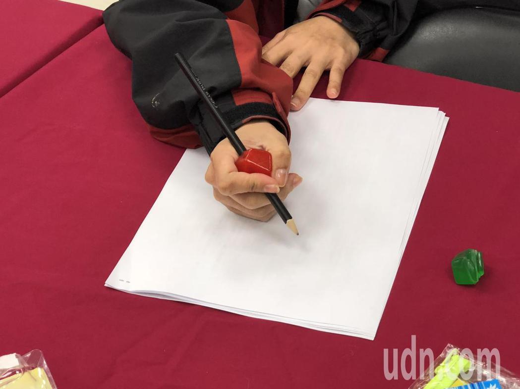 消基會抽查發現市面上販售的學童文具用品握筆器、塑化劑含標超標。記者陳妍霖/攝影