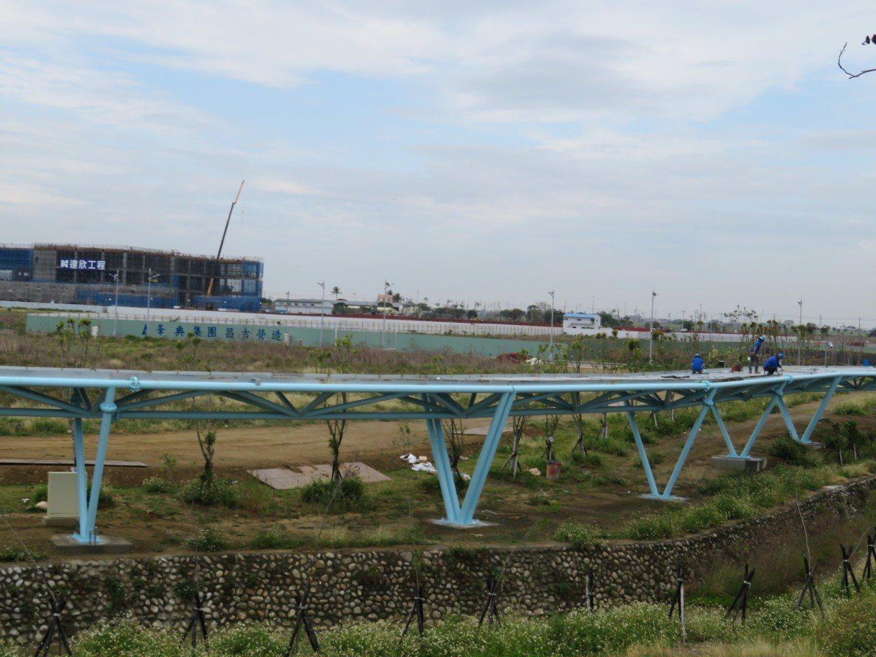 嘉義縣馬稠後產業園區施設國內首座空中自行車道,遠望有如一條藍帶高掛半空吸睛,預定...