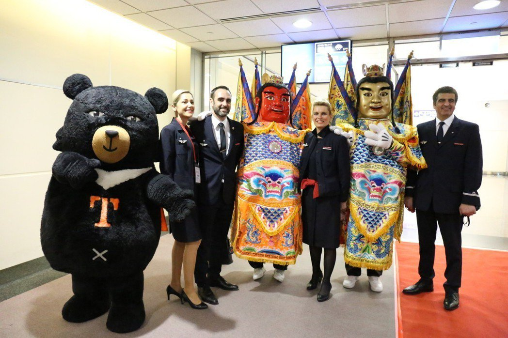 法國航空巴黎—台北首班直航航班今抵達台北,交通部安排台灣觀光代言人「喔熊(Oh ...