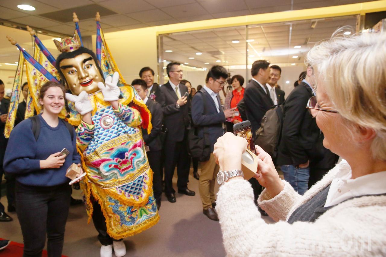 法航重返台灣市場,從巴黎直飛台北的首航班機17日上午抵達桃園機場,交通部觀光局派...