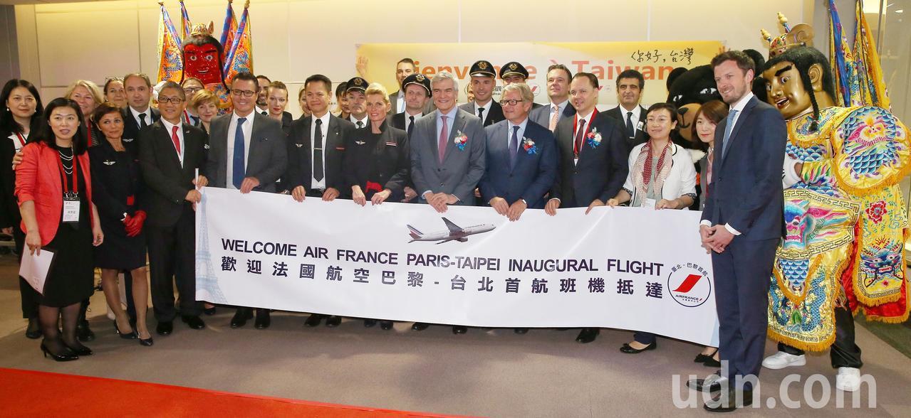 法航重返台灣市場,從巴黎直飛台北的首航班機17日上午抵達桃園機場,首航機組員下機...