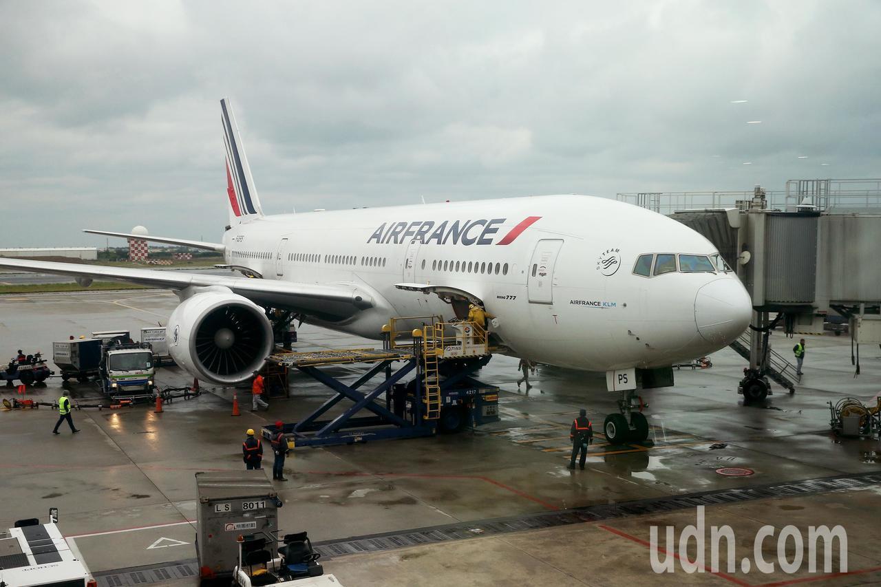 法航重返台灣市場,從巴黎直飛台北的首航班機17日上午抵達桃園機場,使用波音777...