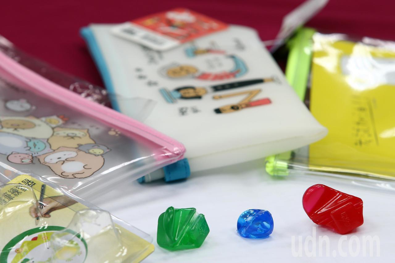 消基會針對市售筆套、筆袋、原子筆、自動鉛筆及握筆練習器等共計22件文具用品進行檢...