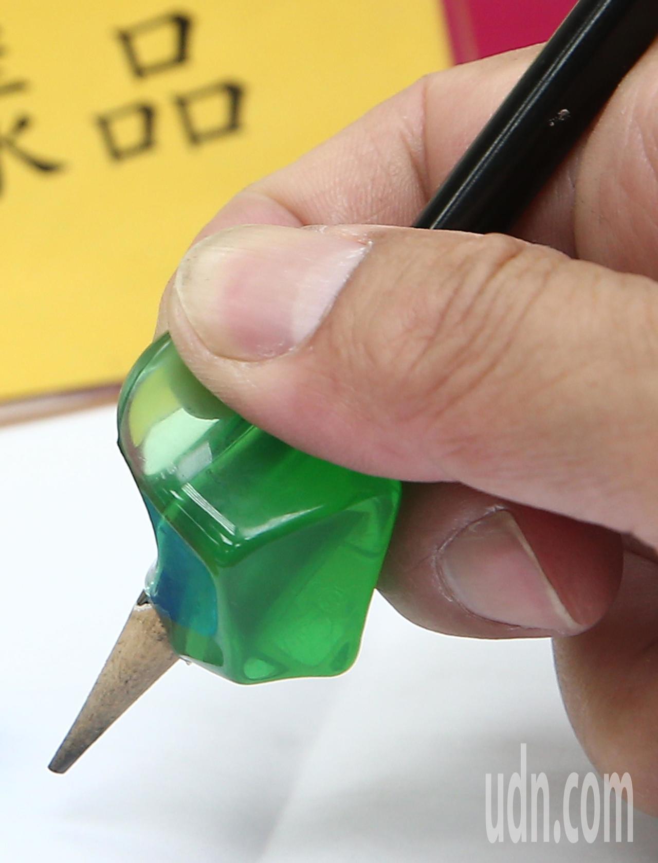 消基會針對市售握筆練習器進行檢測發現,編號8號的「LIFE NO.3030握筆練...