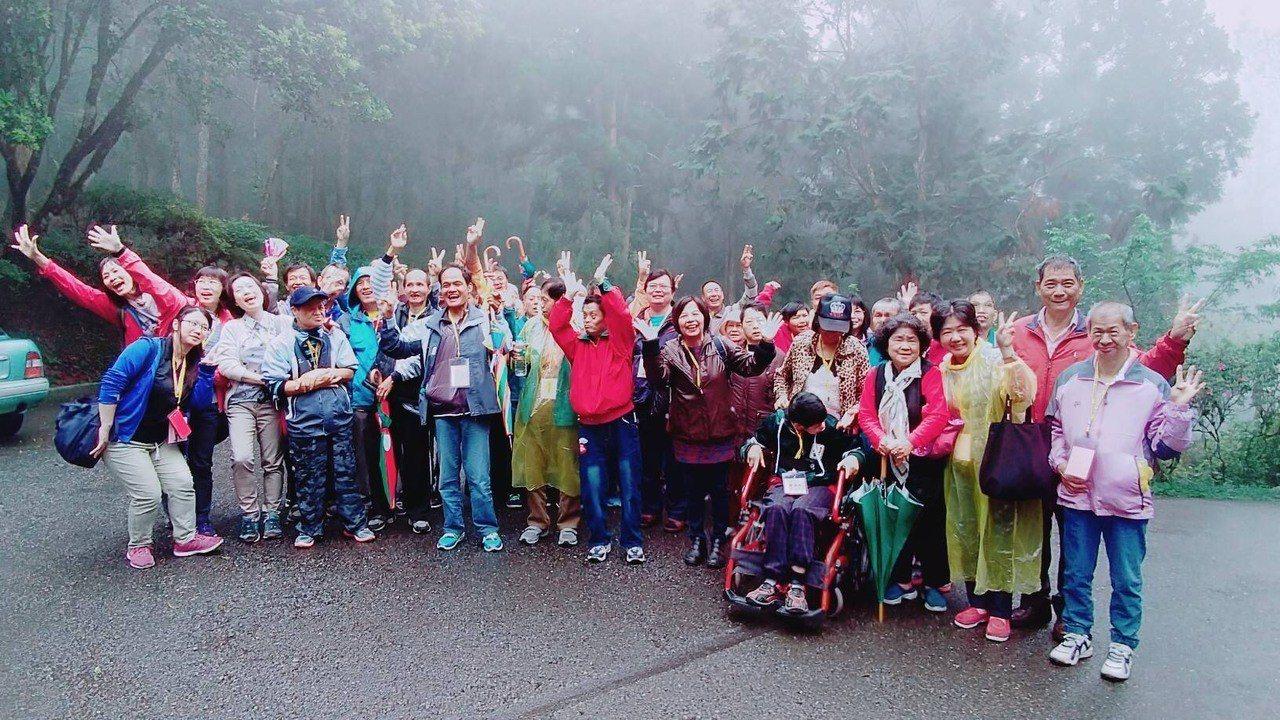 台南教養院舉辦親子共遊活動,院生與家屬開心拍照留念。圖/台南教養院提供