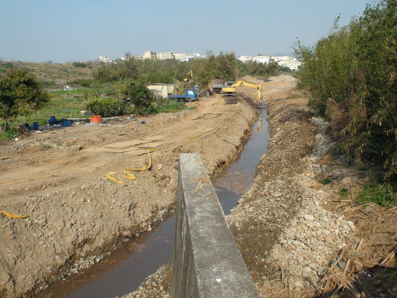 台中市沙鹿南勢溪環境營造工程已經動工,但環保人士質疑,市府的作法是破壞生態。記者...