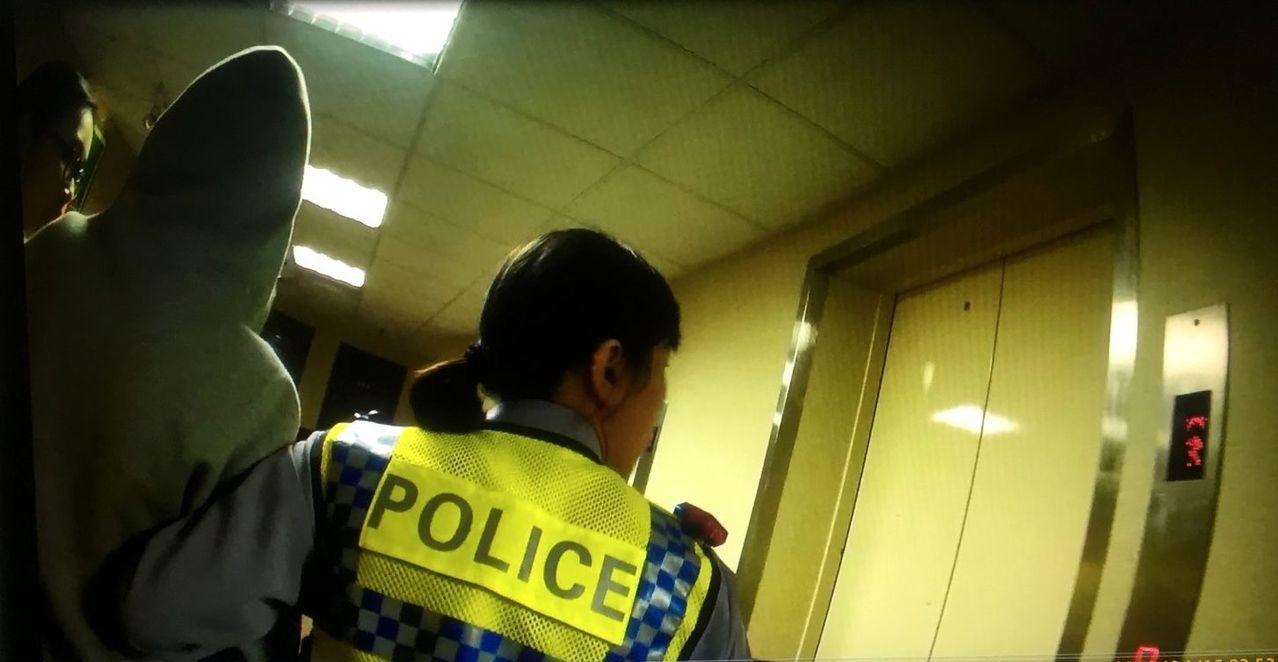 警方見情況急迫,為爭取送醫時間,與友人共同攙扶王女下樓,並以巡邏車搭載她送醫。記...