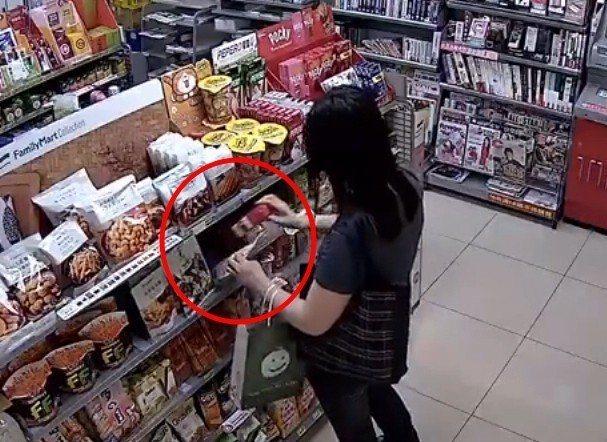 女子在超商內16秒喝光紅茶,還把罐子藏在商品後面落跑。圖/截自爆怨公社