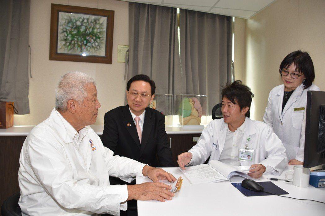 旅居泰國的76歲林姓台商(左一),遠從泰國回台,彰基健康檢查,醫療長謝明家(右二...