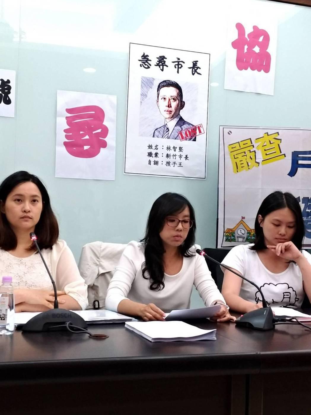 新竹市「光埔護苗協會」成員今天到市議會陳情,要求市長林智堅不能以「增加每班人數」...