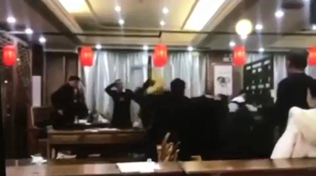 影片裡一群人大打出手,還有人抄起酒瓶砸人,爆料者胡亂指控是南投林姓前議員。圖/截...