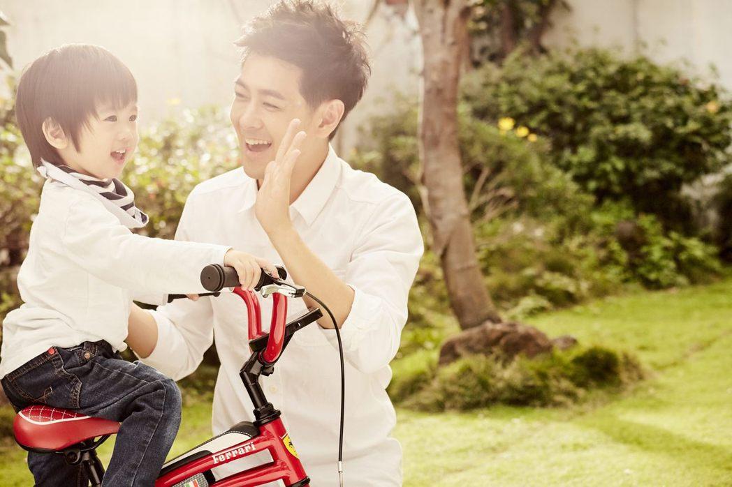 林志穎(右)與兒子。圖/娛人制造提供
