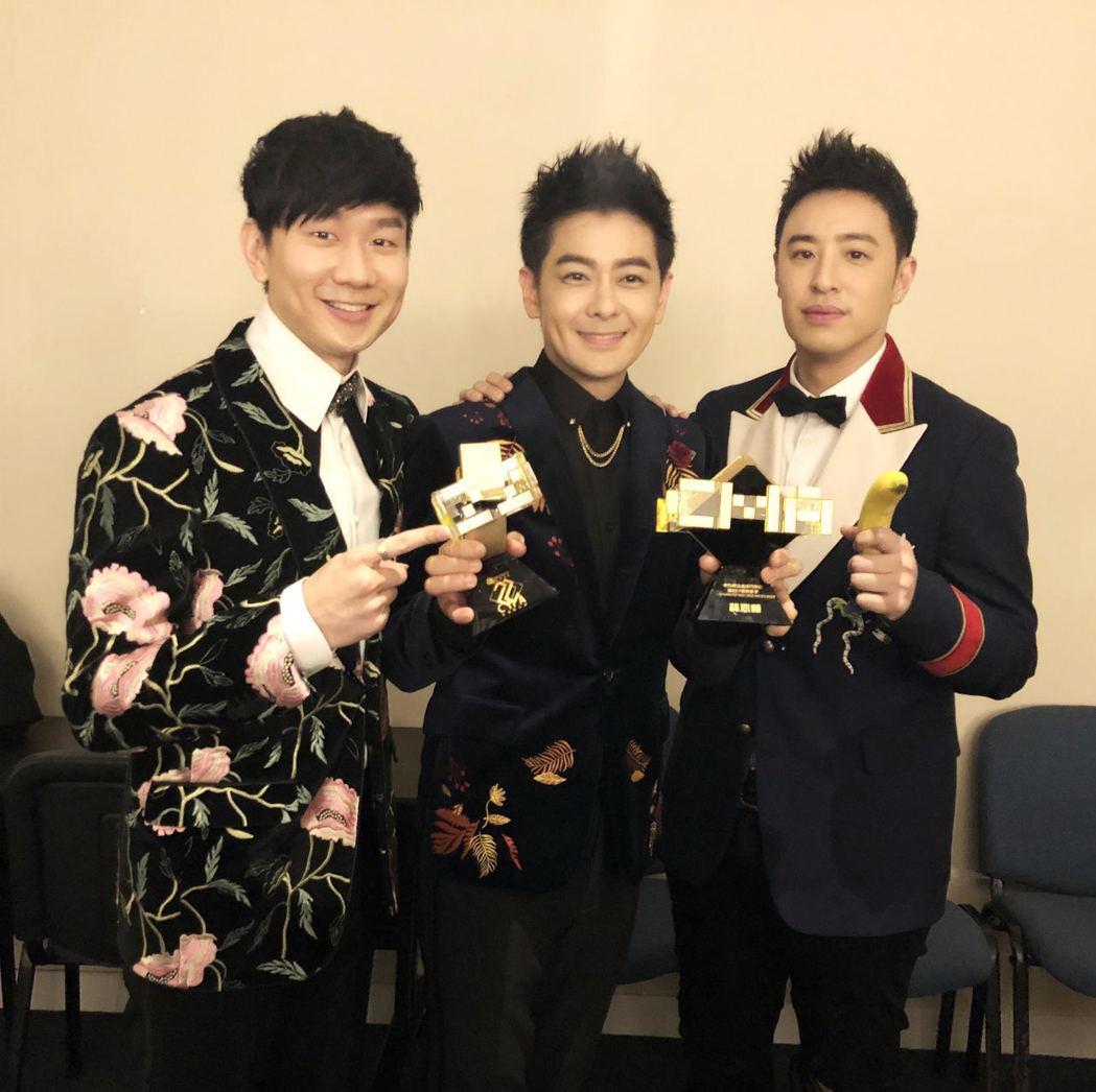 林俊傑(左起)、林志穎同框合照,潘瑋柏竟拿出一根香蕉。圖/娛人制造提供