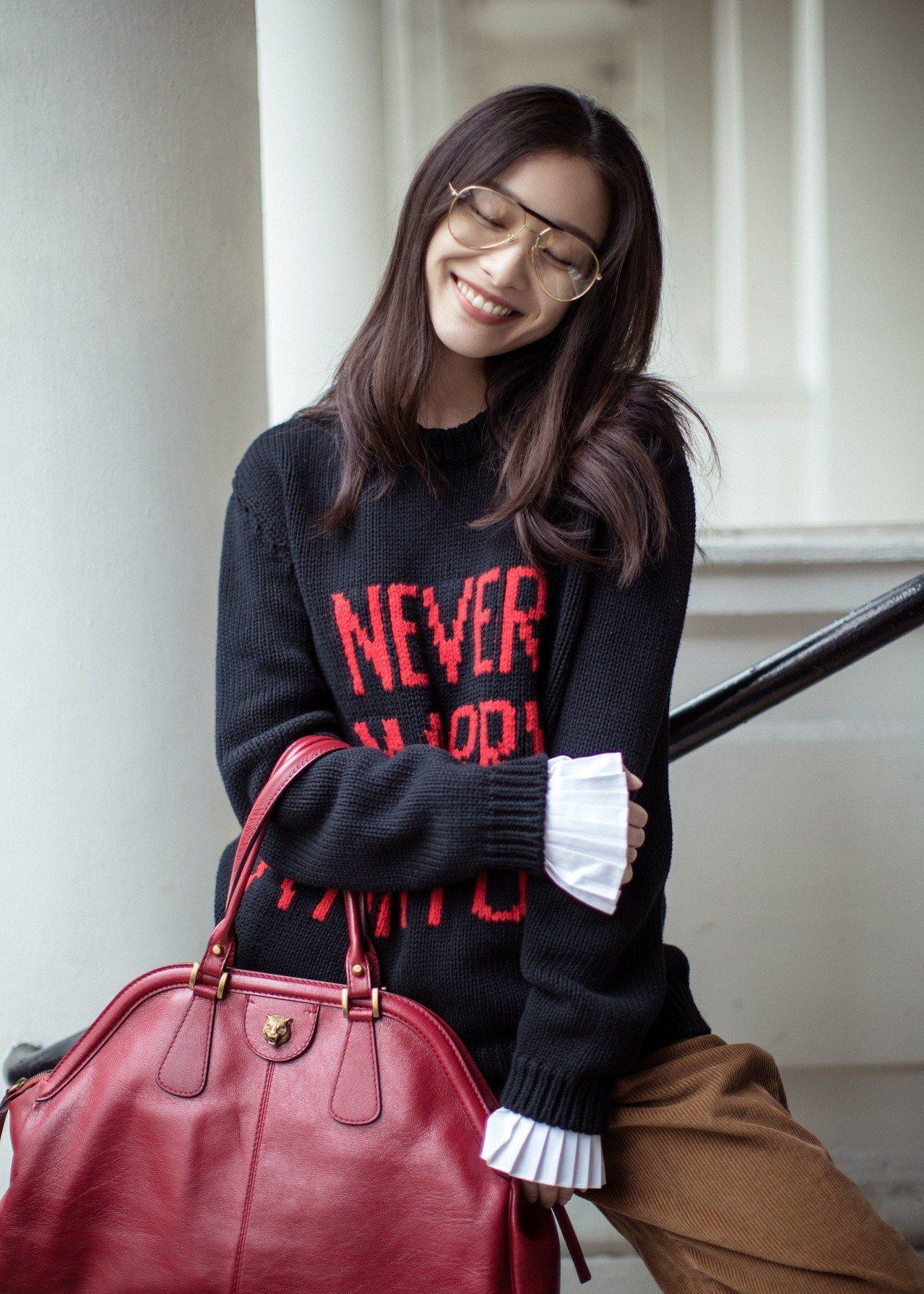 大陸女星倪妮拎RE(BELLE) 復古刷色手提肩背包。圖/Gucci提供