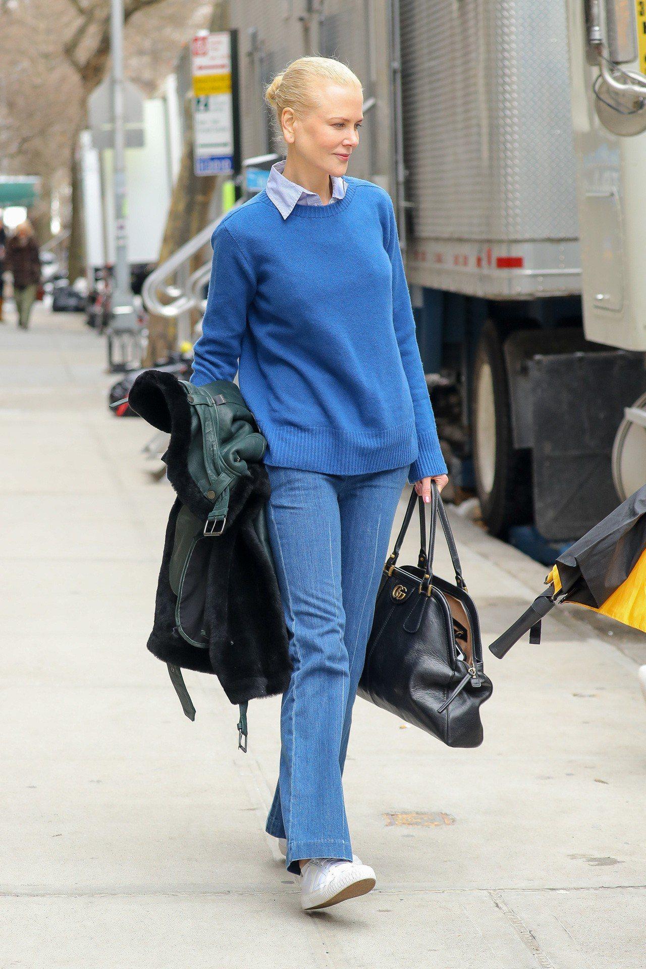 妮可基嫚拎RE(BELLE) 復古刷色手提肩背包。圖/Gucci提供