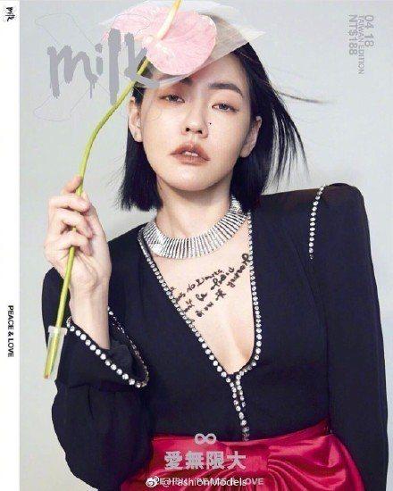 小S日前拍攝時尚雜誌時也穿過Gucci春夏系列黑色深V外套褲裝,只是可能礙於人母...