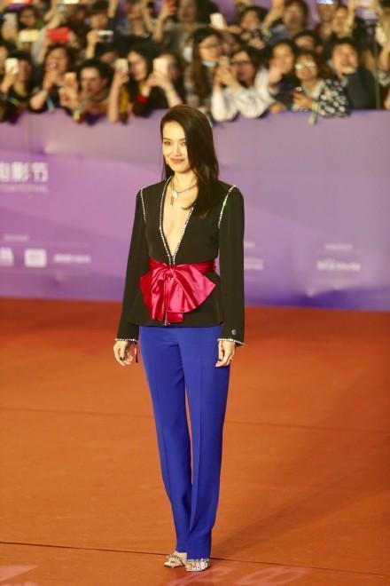 舒淇在第8屆北京國際電影節開幕活動上穿上Gucci春夏系列黑色深V外套褲裝,衝擊...