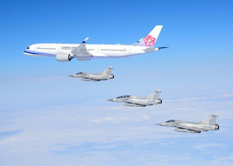 空軍幻象2000戰機伴隨總統專機。圖/空軍司令部提供