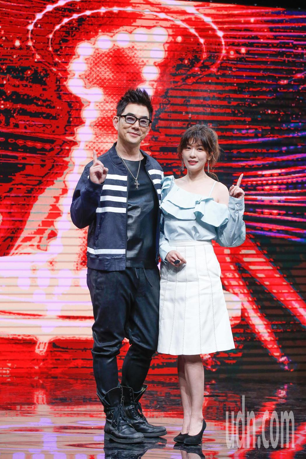 選秀節目《我要當女一》下午錄影,來賓任賢齊(左)與賈靜雯一起合影。記者鄭超文/攝...