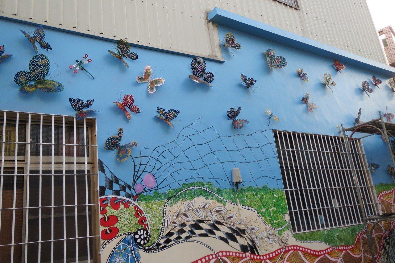 梓平社區經過了二個月努力,終於完成獨一無二的大壁畫。圖/高雄市農業局提供