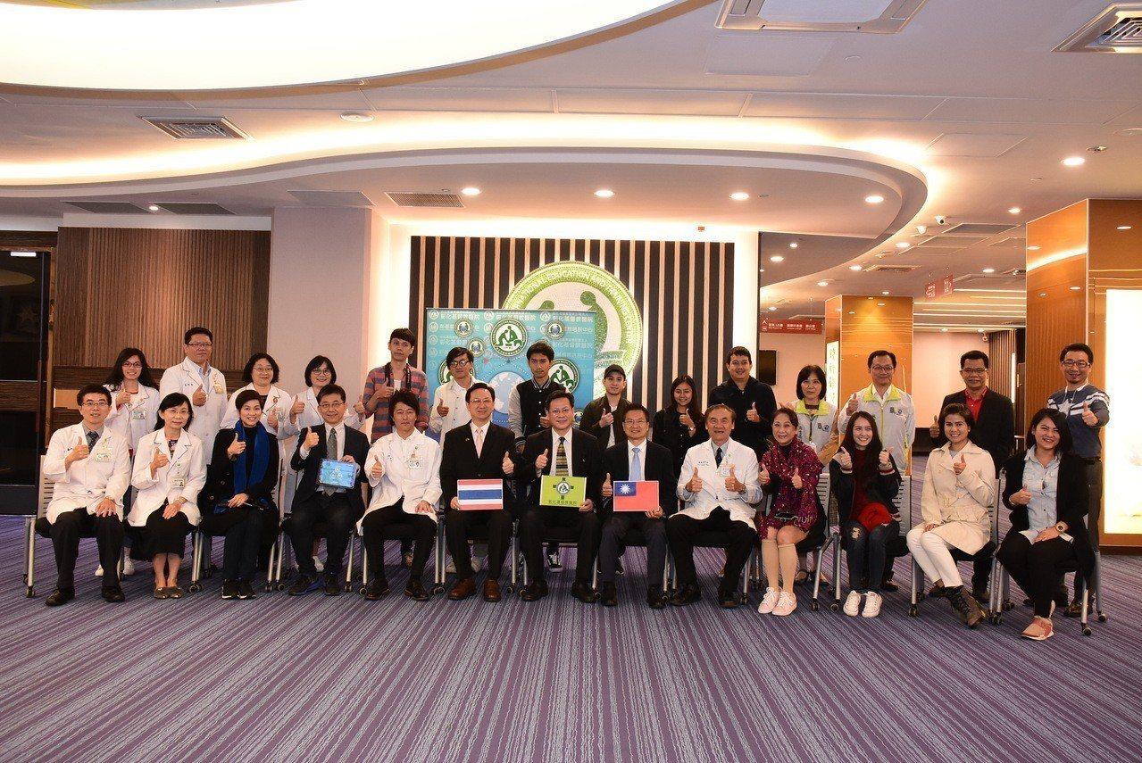 我國駐泰國代表處代表童振源(前排左6)今天帶著泰國台商、泰國記者與網紅,到彰化基...