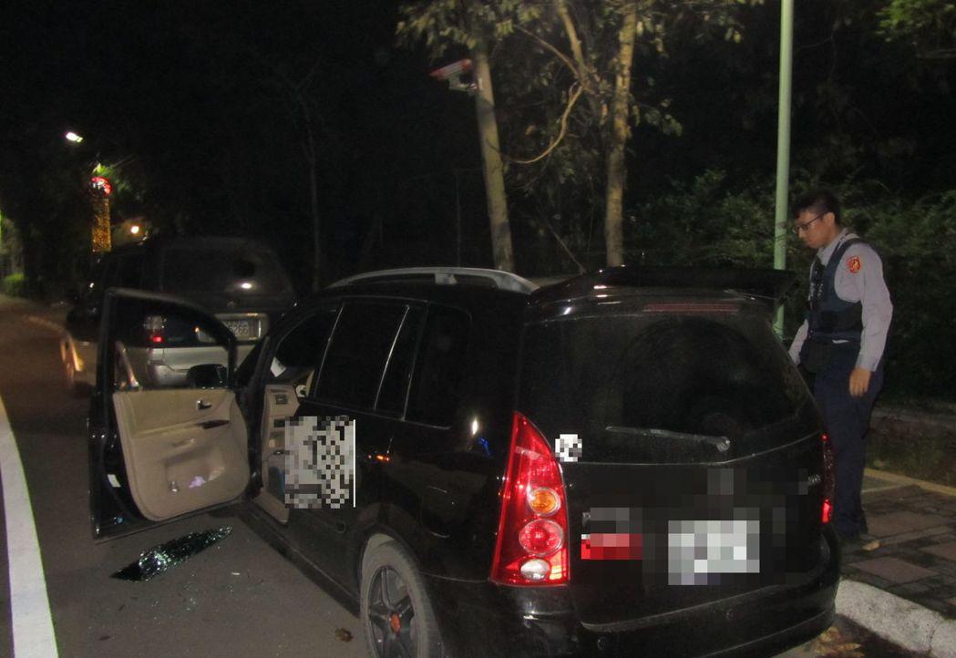 桃園市龍潭警分局今凌晨,依行動電話基地台位置搜尋,緊急破車窗,挽救在車內燒炭尋短...