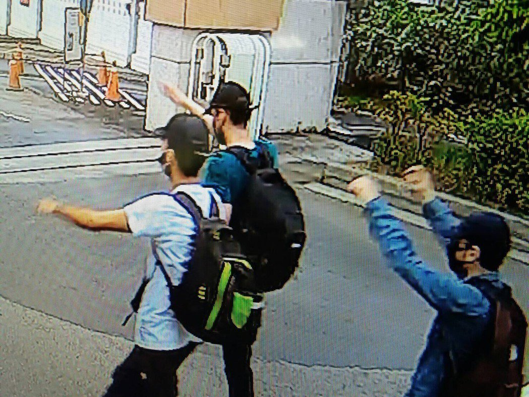 警方循線調閱監視器,發現塗鴉的是3名西班牙籍男子,當天塗鴉完後,徒步走4公里,行...