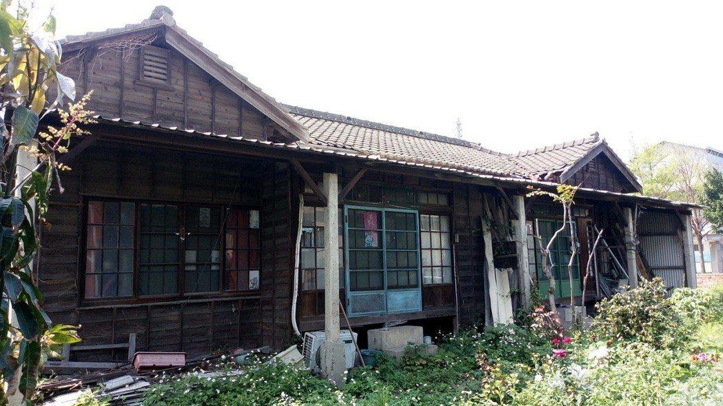 梧棲區永寧國小內的木造日式宿舍,屋齡已超過80年,校方提案登錄歷史建築,獲文資審...