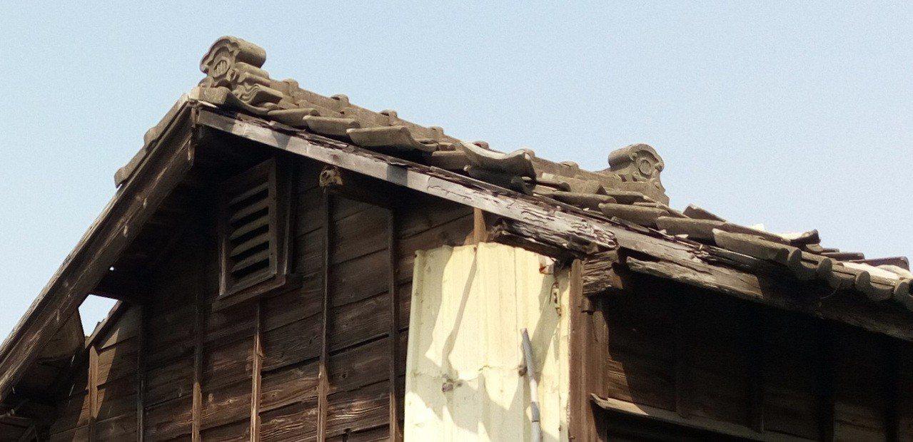 「原永寧公學校宿舍」是獨棟雙併,屋頂為黑瓦,並留有可避邪的「鬼瓦」。圖/台中市文...