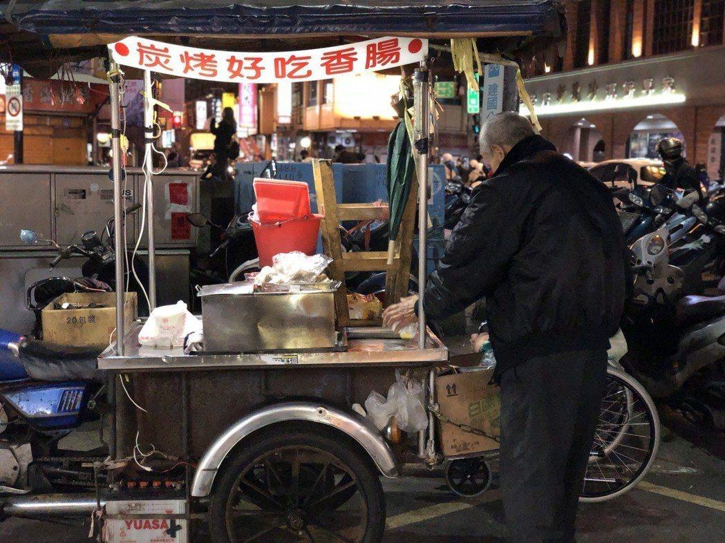 張姓高齡夫妻每天在新竹市城隍廟旁擺攤賣烤香腸,為了扶養殘障的兒子,感動許多民眾。...