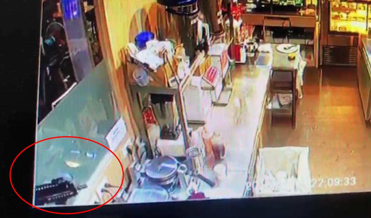 王姓男子持玩具槍至咖啡店恐嚇取財。記者蕭雅娟/翻攝