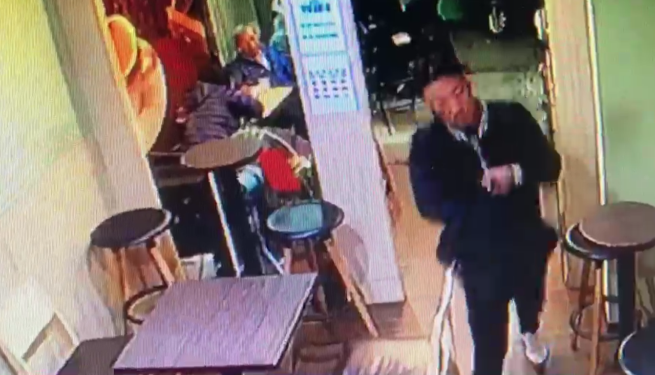 王姓男子把槍放在電腦包至咖啡店恐嚇取財。記者蕭雅娟/翻攝