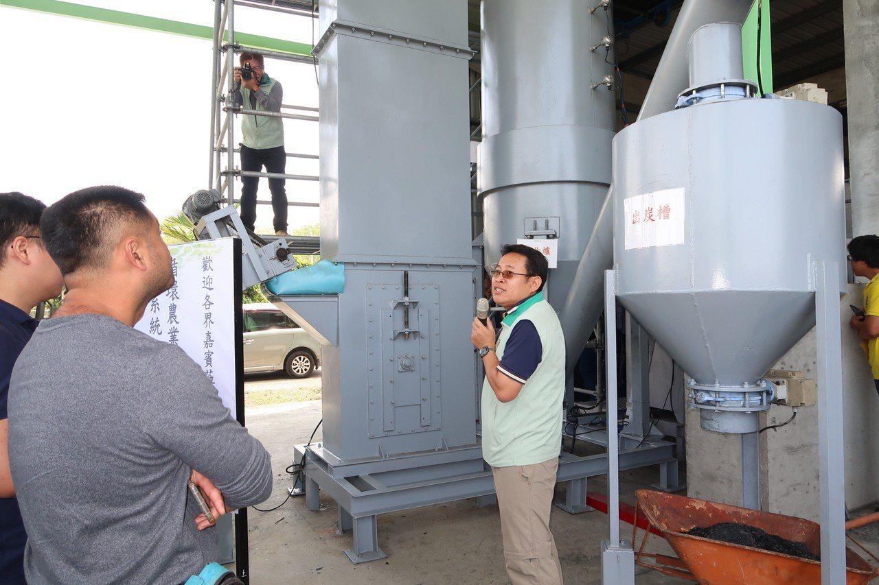 首座生物炭發電系統亮相,吸引綠能業者及農民參觀。記者翁禎霞/攝影