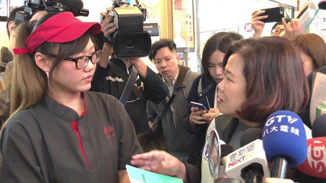 勞動部長許銘春向飲料店員工說明基本工資、工時等。記者陳妍霖/攝影