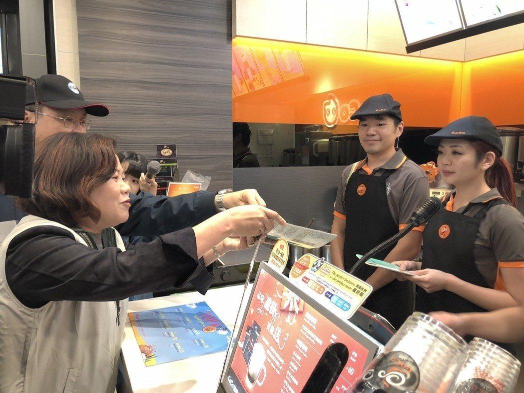 勞動部長許銘春今日下午率隊到台北西門町商圈突擊連鎖飲料店,還發放手冊給飲料店員工...