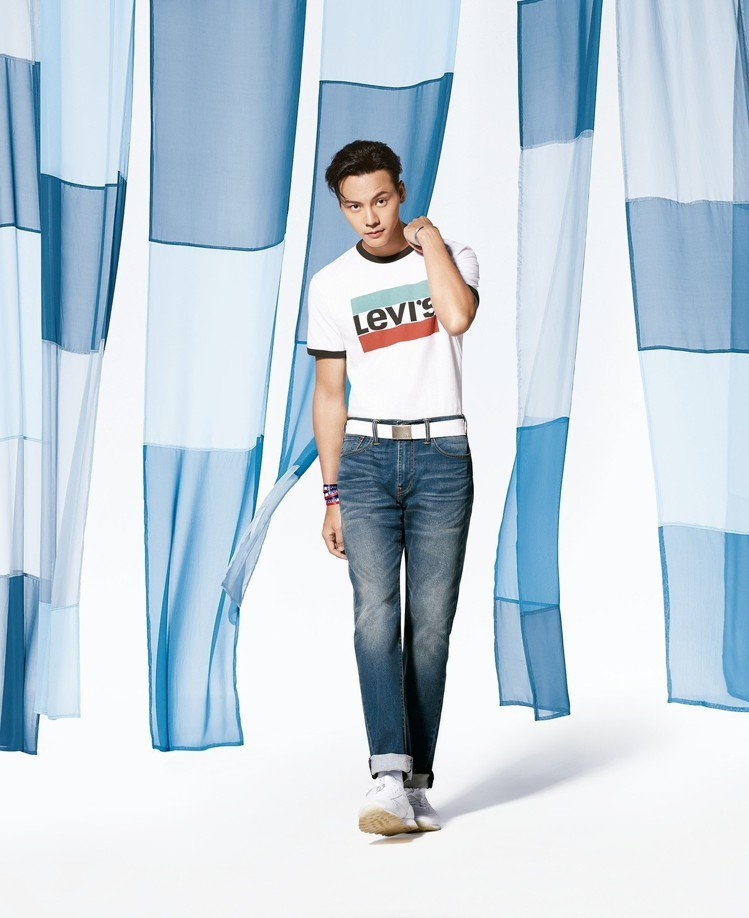 Levi's代言人陳偉霆穿著全新Cool Jeans涼感系列牛仔褲,在新的形象廣...