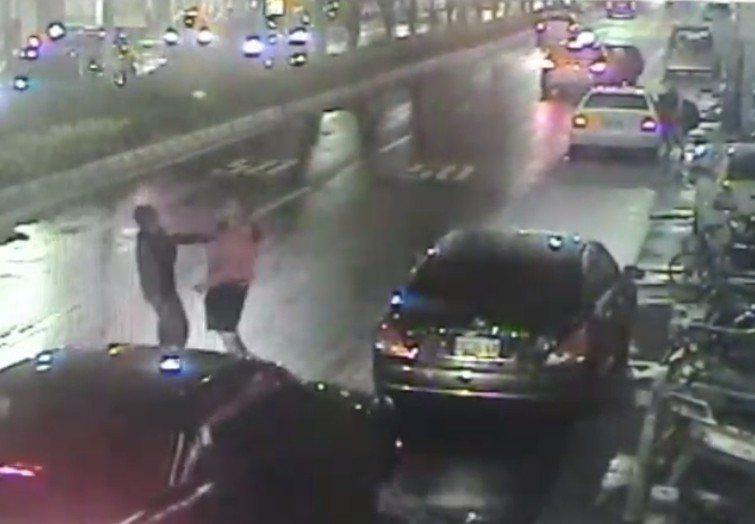 林姓男子(右)指責對方在路口亂停車,酒醉的許姓男子(左)惱羞成怒衝過來出拳打人。...