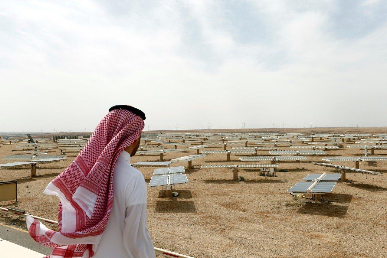 一名沙烏地阿拉伯男士10日俯瞰首都利雅德以北烏亞納(Uyayna)的太陽能發電廠...