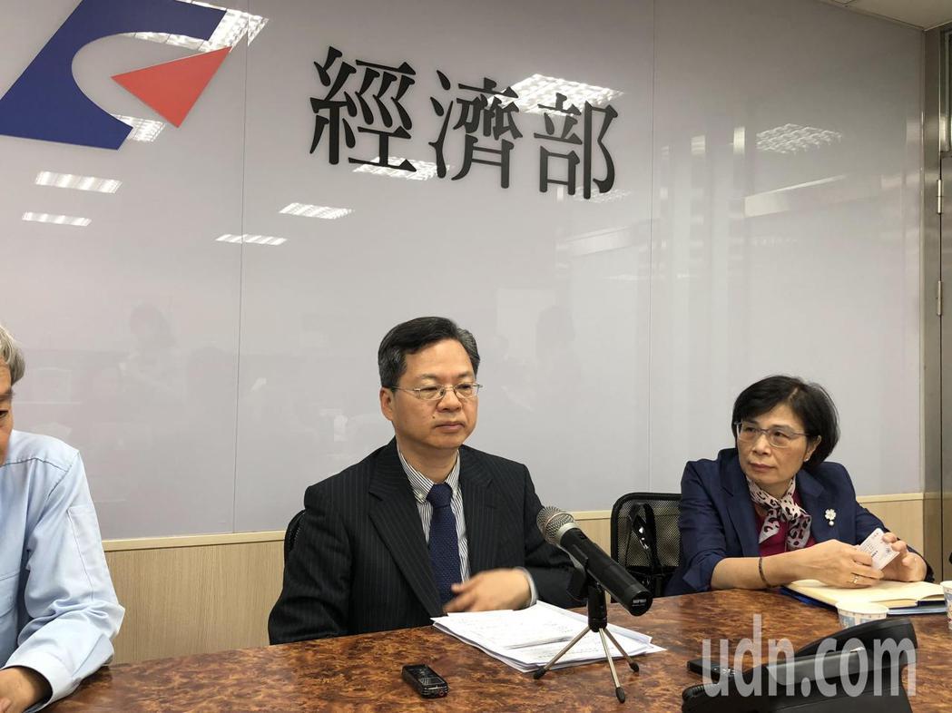 經濟部次長龔明鑫今天受訪指出,若川普宣布第二波制裁內容,包含手機、半導體等,對台...